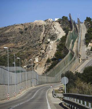 Inmigrantes Saltan La Valla De Melilla